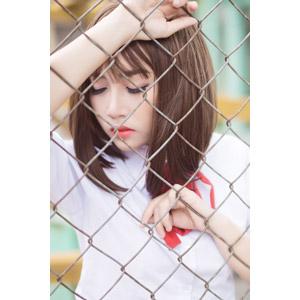 フリー写真, 人物, 少女, アジアの少女, 女性(00123), ベトナム人, 学生服, 高校生, 学生(生徒), 金網, 目を閉じる