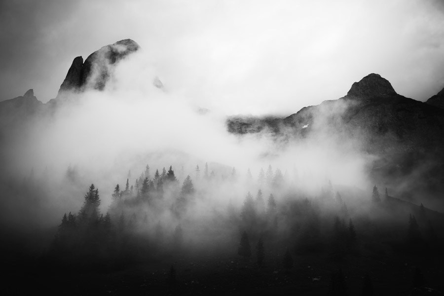 フリー写真 霧に包まれる山