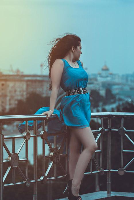 フリー写真 青いドレス姿で手すりに寄りかかる外国人女性