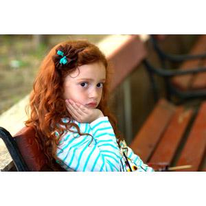 フリー写真, 人物, 子供, 女の子, 外国の女の子, ルーマニア人, 女の子(00211), 頬杖をつく, 顎に手を当てる, 座る(ベンチ)