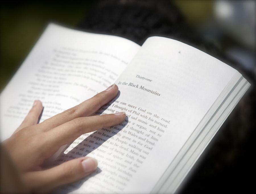 フリー写真 本と手