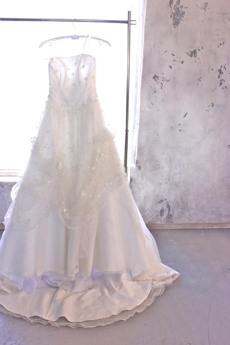 フリー写真 ハンガーにかけられたウェディングドレス