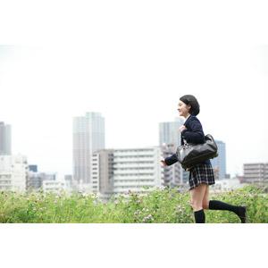 フリー写真, 人物, 少女, アジアの少女, 少女(00212), 学生(生徒), 学生服, 高校生, ブレザー制服, 通学鞄, 走る, 人と風景