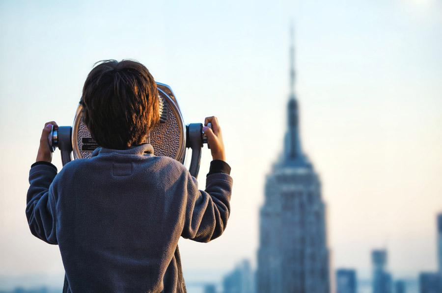 フリー写真 観光双眼鏡でエンパイア・ステート・ビルディングを見る男の子