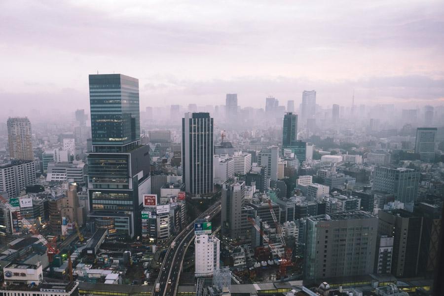 フリー写真 霧に包まれる東京都渋谷区の街並み