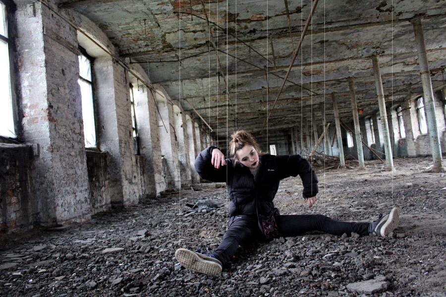 フリー写真 廃墟と操り人形の女性