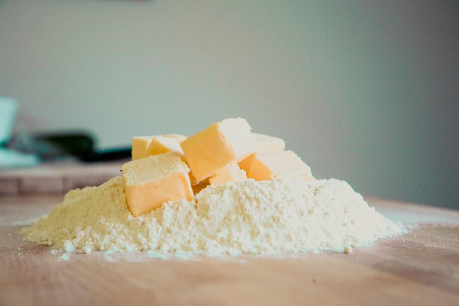 フリー写真 小麦粉とバターでパン作り