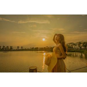 フリー写真, 人物, 女性, アジア人女性, 女性(00214), ベトナム人, 目を閉じる, 人と風景, 夕暮れ(夕方), 夕焼け, 夕日, 帽子, 麦わら帽子, キャペリン
