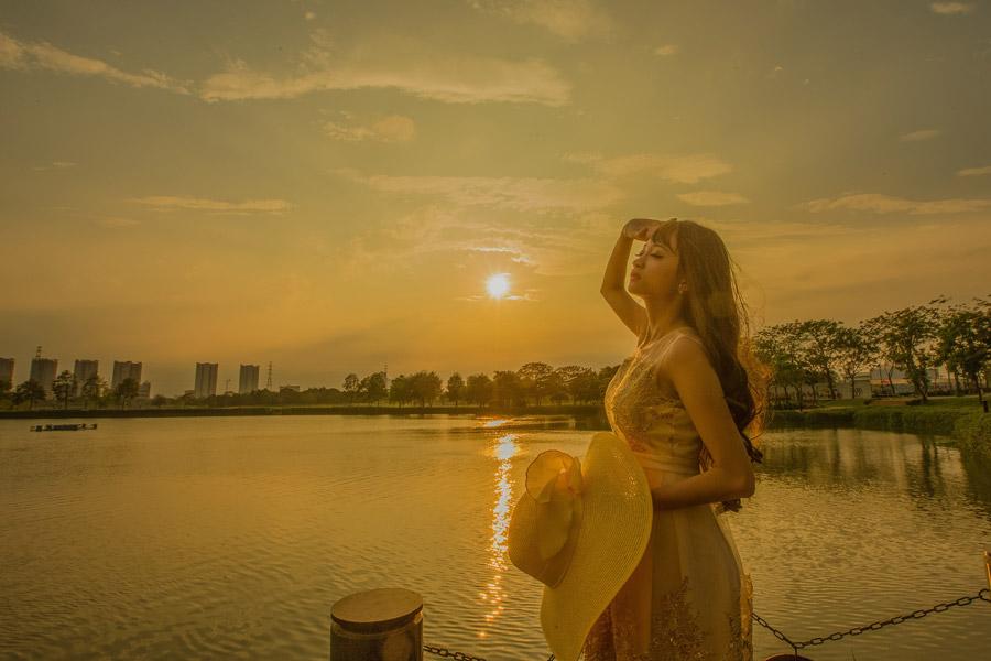 フリー写真 夕日と目を閉じる女性