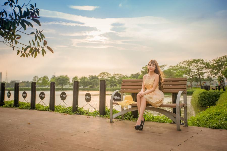 フリー写真 ベンチに座っているベトナム人女性