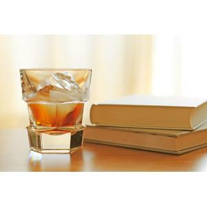 フリー写真, 飲み物(飲料), お酒, ウイスキー, 本(書籍)