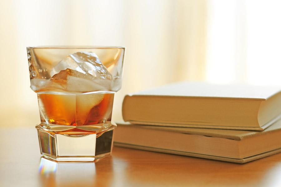 フリー写真 ウイスキーと二冊の本