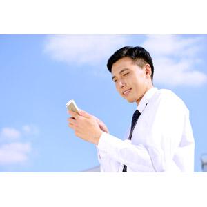 フリー写真, 人物, 男性, アジア人男性, 日本人, 男性(00016), 職業, 仕事, ビジネス, ビジネスマン, サラリーマン, ワイシャツ, スマートフォン(スマホ), 青空
