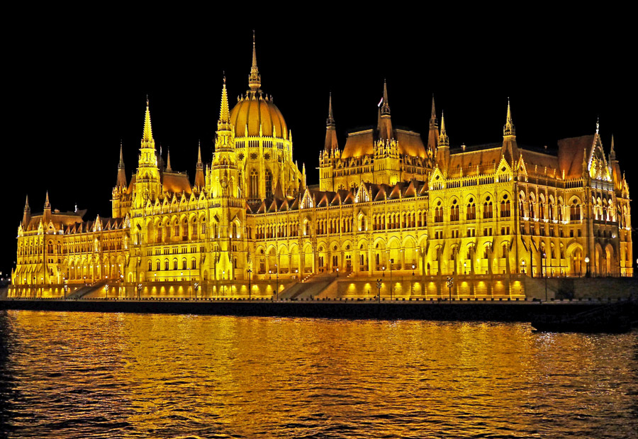フリー写真 ライトアップされたハンガリーの国会議事堂