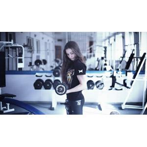 フリー写真, 人物, 女性, 外国人女性, ロシア人, フィットネスクラブ, トレーニングジム, 運動, フィジカルトレーニング, 筋トレ, ダンベル, 力こぶ
