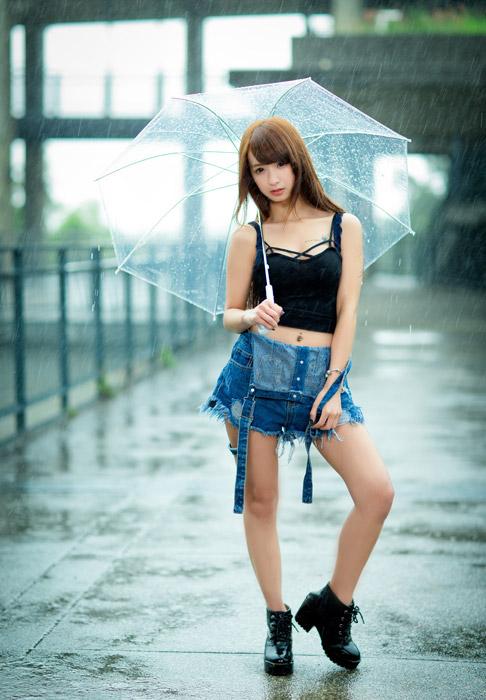フリー写真 雨の中で傘を差している女性