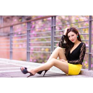 フリー写真, 人物, 女性, アジア人女性, 中国人, 趙芸(00174), 座る(地面), 頭に手を当てる