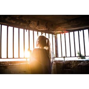 フリー写真, 人物, 女性, 外国人女性, 人と風景, 太陽光(日光), 檻(鉄格子), 牢屋(牢獄), ポニーテール