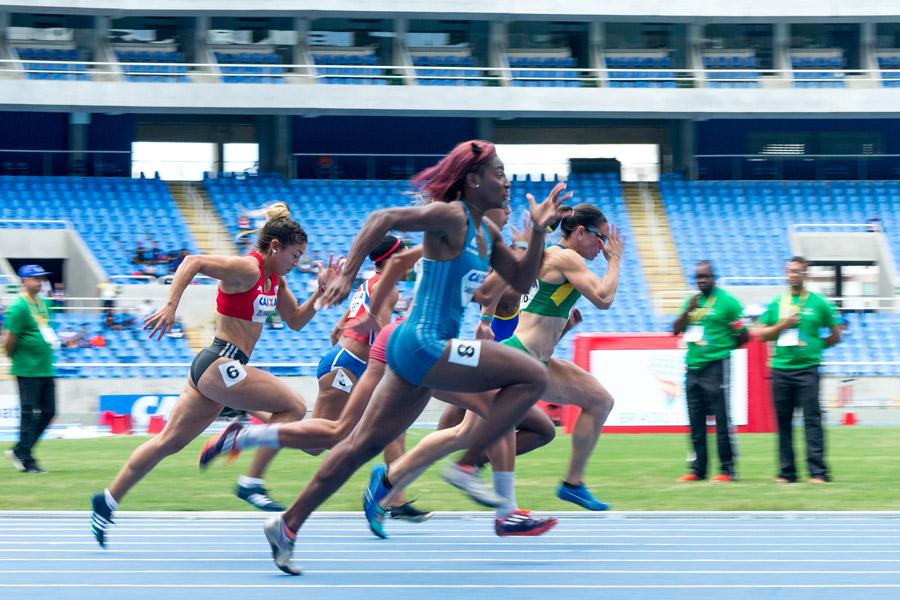 フリー写真 駆け抜ける女子短距離走の選手たち