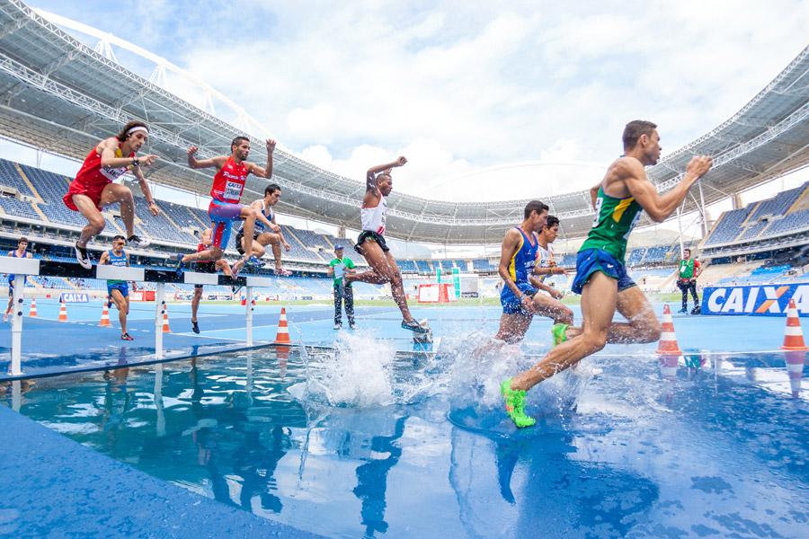 フリー写真 3000メートル障害の水濠を越える選手たち