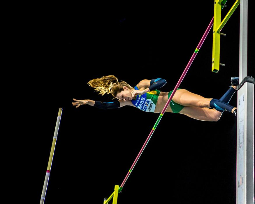 フリー写真 跳躍する女子棒高跳の選手