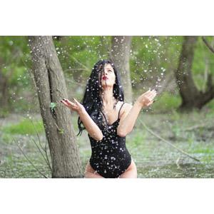 フリー写真, 人物, 女性, 外国人女性, ルーマニア人, 女性(00215), 水着, ワンピース(水着), 入浴, 水しぶき