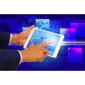 フリー写真, 人体, 手, タッチ操作, 家電機器, パソコン(PC), タブレットPC, ビジネス, 仕事, グローバルビジネス, 世界地図, ユーザインタフェース