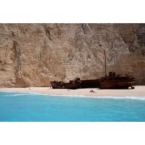 フリー写真, 風景, 海, ビーチ(砂浜), ギリシャの風景, ザキントス島, 座礁船(放置船), 海水浴, 人と風景, バケーション, リゾート, 崖