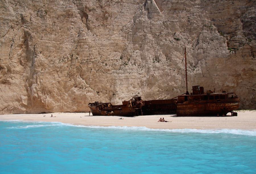 フリー写真 座礁船とザキントス島の砂浜の風景