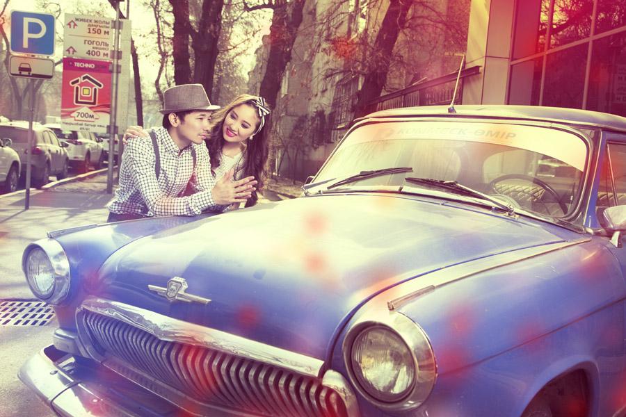 フリー写真 クラシックカーと寄り添うカップル