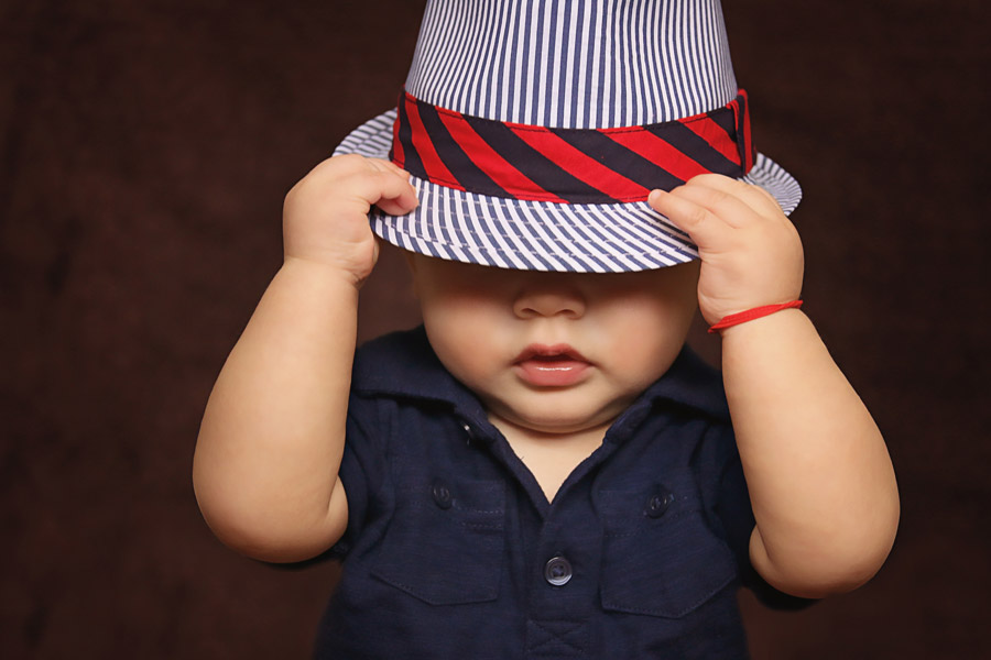 フリー写真 帽子を深く被る男の子の赤ちゃん