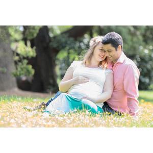 フリー写真, 人物, カップル, 夫婦, 愛(ラブ), 妊婦, 妊娠, 寄り添う, 座る(地面)