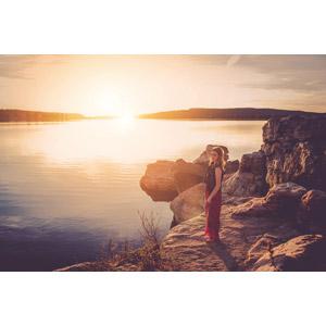 フリー写真, 人物, 女性, 外国人女性, 女性(00036), 人と風景, 湖, 夕暮れ(夕方), 夕日