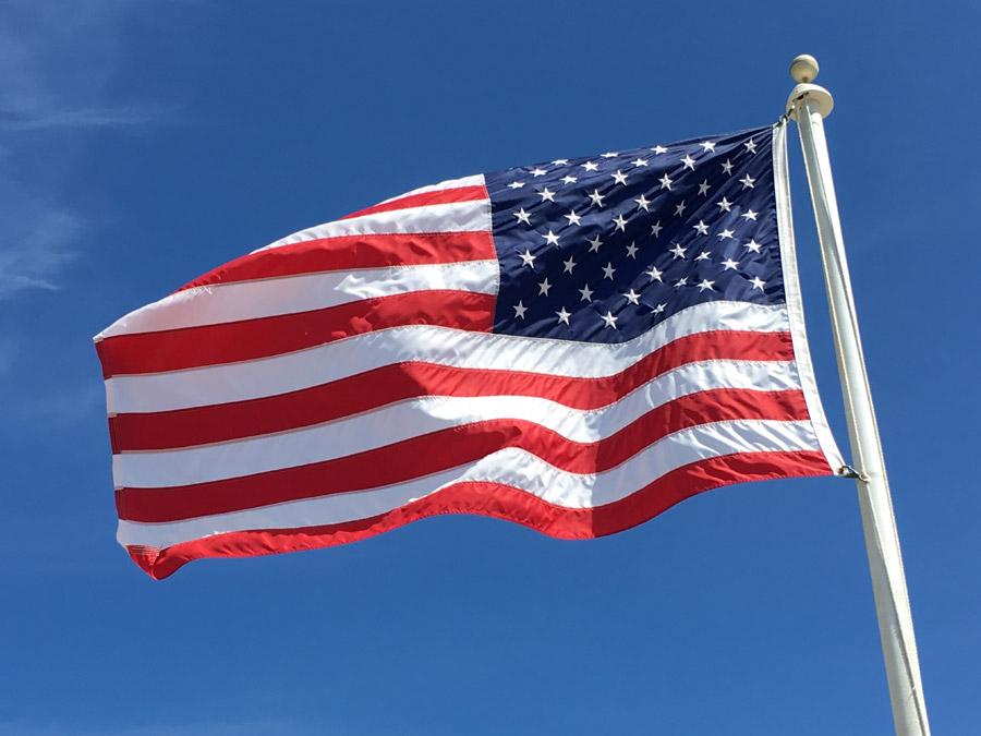 フリー写真 青空にはためく星条旗