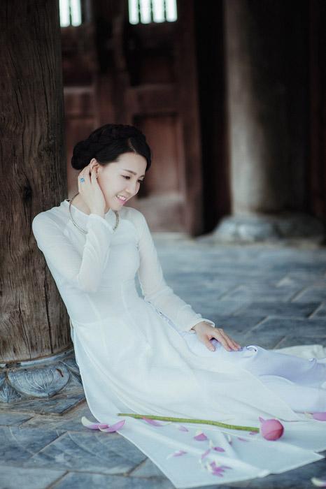 フリー写真 アオザイ姿で首筋に手を当てている女性