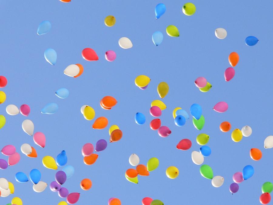 フリー写真 青空とたくさんの風船