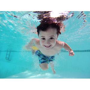 フリー写真, 人物, 子供, 男の子, 外国の男の子, イギリス人, プール, 水中, 潜水