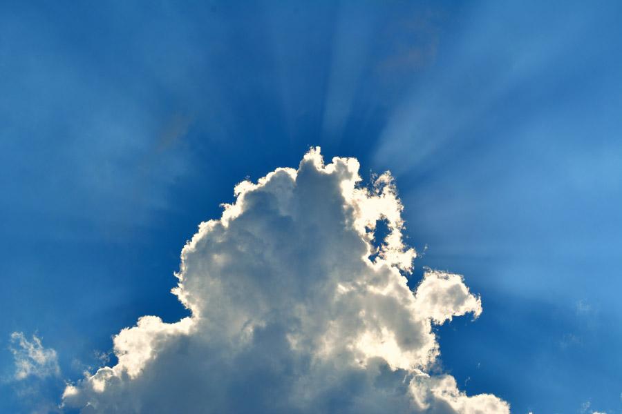 フリー写真 青空と雲と薄明光線