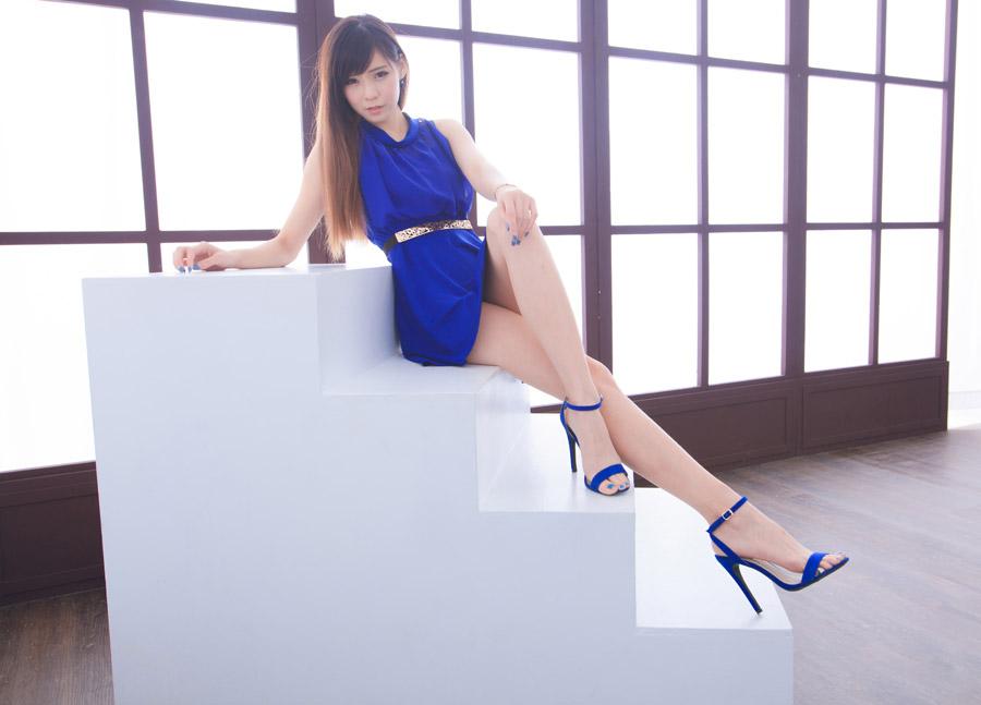 フリー写真 階段に足を組んで座る女性