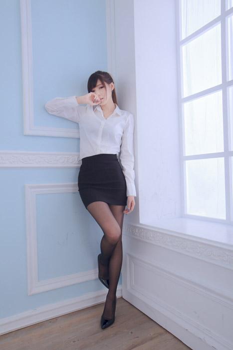 フリー写真 部屋の隅に立っている女性OL