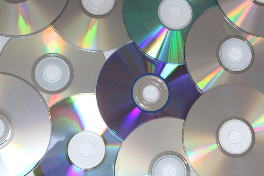 フリー写真 広げられたディスクメディア