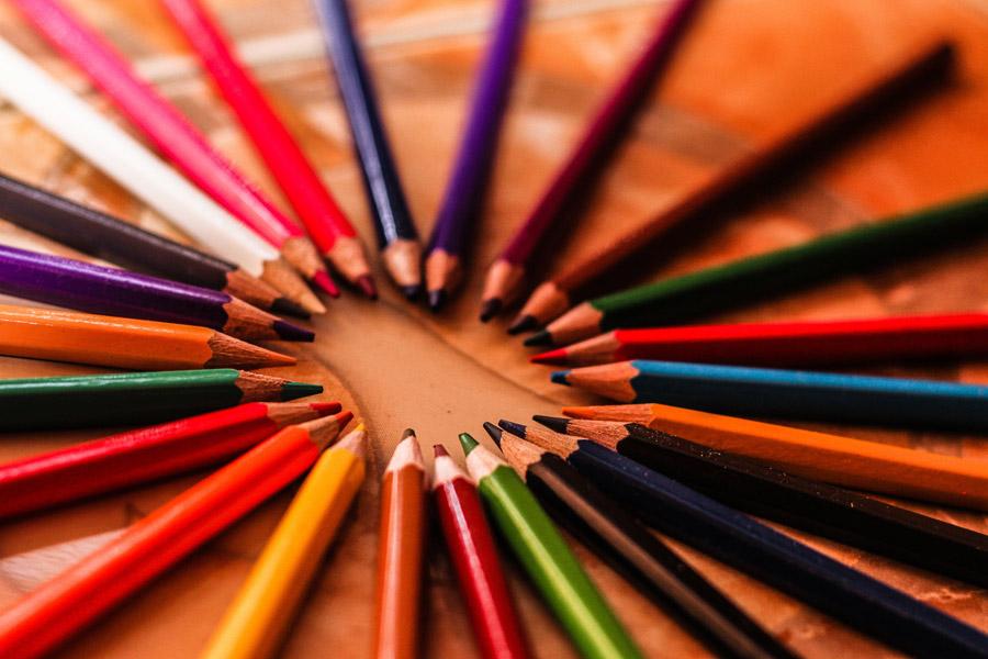 フリー写真 円状に並べられた色えんぴつ