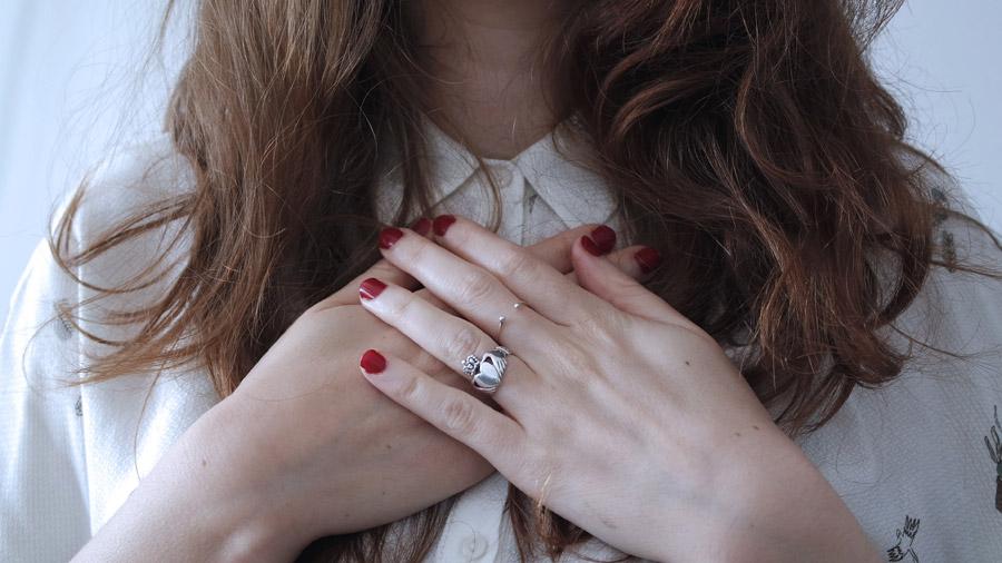 フリー写真 胸に手を当てる女性の手元