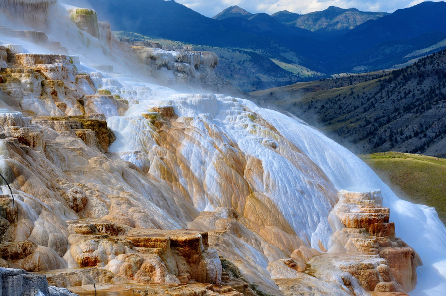 フリー写真 イエローストーン国立公園のマンモス温泉の風景