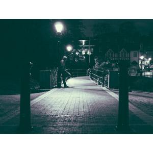 フリー写真, 人物, 男性, 人と風景, 夜, 街灯, モノクロ, 小道, フード