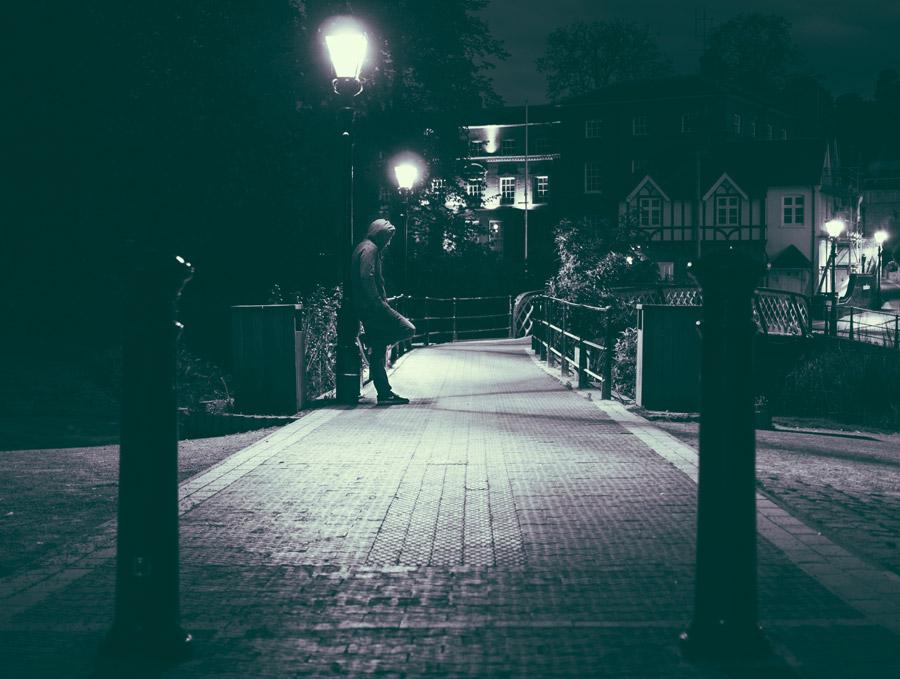 フリー写真 街の通りと街灯の下の男性