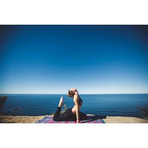 フリー写真, 人物, 女性, 外国人女性, 運動, ヨガ, 体操, 体を反る, 海, 人と風景, 青空
