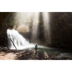 フリー写真, 人物, 女性, 外国人女性, 人と風景, 滝, 河川, 太陽光(日光), 薄明光線, カナダの風景