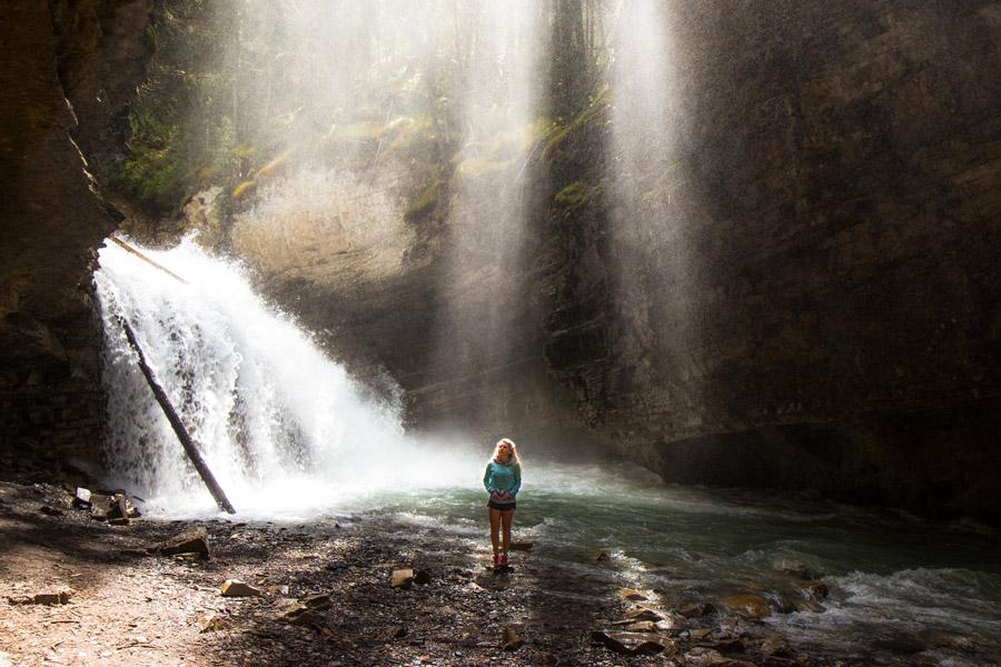 フリー写真 滝と太陽光線と外国人女性