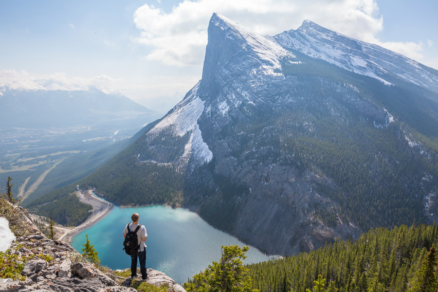 フリー写真 山と湖と男性の後ろ姿
